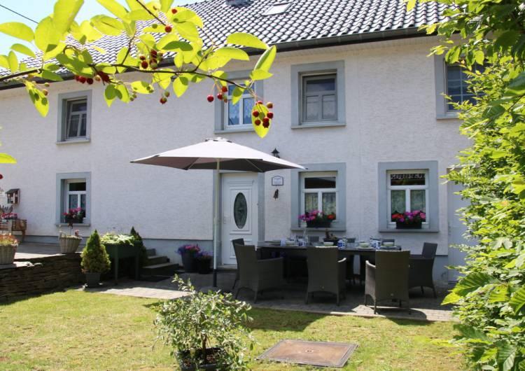 mooie foto huis zomer gedekte tafel